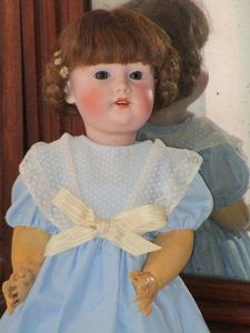 Antique bisque (porcelain) doll in good condition with an antique composition body.On the back of the head it is marked with the drawing of a sun and with the number 133-29. This head is from the Gebrüder Kühnlenz brand.