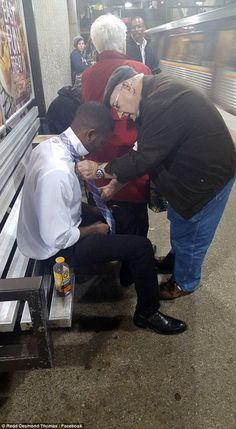 Dans le métro d'Atlanta, la photo d'un couple de personnes âgées aidant un jeune homme à nouer sa cravate fait fondre le web
