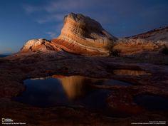 En White Pocket, una mole de arenisca de cálidos colores destaca en un cielo crepuscular.