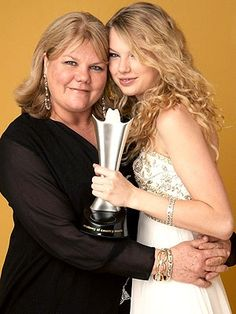 Taylor Swift and mom's footsteps Interesting moments beautiful photo