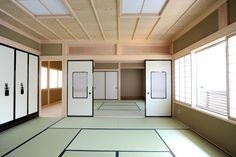 T-T house:二間続きの和室。四寸角東濃ひのきの化粧柱が美しく、空間をすっきりさせるため建築照明にしました。