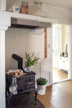 Katrine og Haakon flyttet rett inn i sveitserhuset fra 1920 Furniture, Cottage, House, Interior, Home Decor, Shabby Chic Interiors, Old Stove, Fireplace, Wood Stove