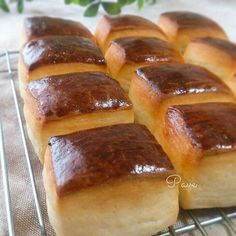 石畳という意味の可愛いスクエア型のパン、『パヴェ』を焼きました。 レシピ本を参考に、砂糖をはちみつと練乳に替えて、ほんのり優しい甘さのパンになりました◎ コロコロ小さくて食べ易いので、いくつでも食べられそう☆