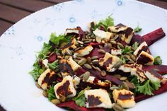 Denne rødbedesalat er noget af det nemmeste. Jeg elsker bagte rødbeder og så er de oven i købet super sunde pga. et højt indhold af folsyre, A-vitamin og kalium. Salaten her består af:  Rødbeder (vendt i olie, salt og peber)  Grillost eller feta  Persille  Baslsamico  Græskarkerner....