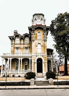 The James Lee House's Victorian facade.