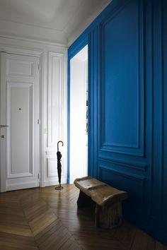 La couleur de l'année 2020 est dévoilée ce jeudi 5 décembre 2019 au monde entier. C'est une information essentielle dans l'univers de la décoration car c'est cette couleur « favorite » Pantone qui inspirera les collections de demain. En 2019 nous avions l'énergique Living Corail. Pour 2020 ... vous pensez à quoi ? © Tollens  #couleurdelannée2020 #Pantone19-4052 #classicbleu #couleurreposante #intemporelle #couleurrassurante  Bleu Pantone, Azul Pantone, Pantone 2020, Pantone Color, Le Living, Metal Side Table, Blue Color Schemes, Interior Decorating, Interior Design