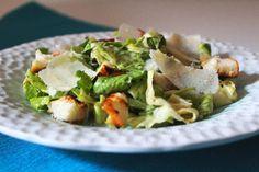 Lehký křupavý salát Caesar mám v oblibě. Asi si většina z nás myslí, že pochází z Itálie, ale není to tak. Je z Mexika, i když kuchař, který ho vymyslel, měl italské kořeny. Ten správný je z římského salátu, který se nekrájí, ale trhá.