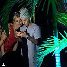 im confused with the arm around her because justin has both hands on his phone haha