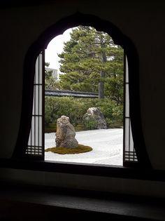 建仁寺:花頭窓より  Zen garden of Kennin-ji in Kyoto - View throught a Kato-window  http://www.japanesegardens.jp/gardens/secret/000080.php