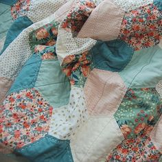 A little close up of these pretty hexies. Thank you all so much for your sweet and thoughtful comments on this quilt. Quilting Projects, Quilting Designs, Sewing Projects, Creation Couture, English Paper Piecing, Hand Quilting, Baby Quilts, Cute Quilts, Quilt Patterns