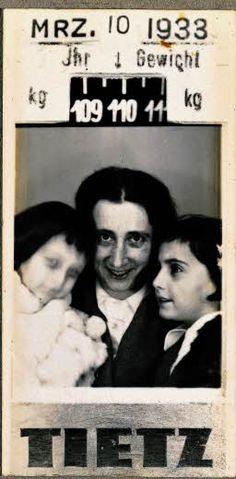 Foto carnet El 10 de marzo de 1933, Edith se sacó una foto carnet con sus hijas en unos grandes almacenes en el centro de Fráncfort.