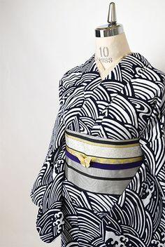 寄せては返す波と波しぶきが繊細な型と一枚の絵のような大胆な構図で染め出された絵羽の柄付けの注染レトロ浴衣です。