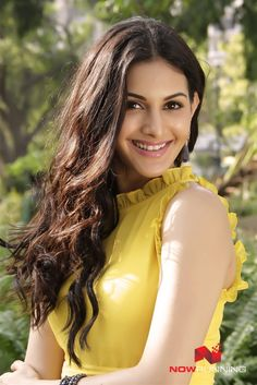 Amyra Dastur in Oodi Oodi Uzhaikanum Beautiful Girl Photo, Beautiful Girl Indian, Most Beautiful Indian Actress, Beautiful Hijab, Cute Beauty, Beauty Full Girl, Beauty Women, Beautiful Celebrities, Beautiful Actresses