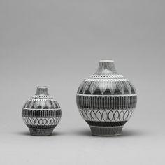 """Bilder för 178760. INGRID ATTERBERG. Vaser, 2 st, """"Grafika"""", glaserat stengods, Uppsala Ekeby, modell tillverkad mellan 1951 - 1954. – Auctionet"""