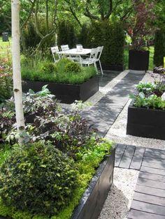 Kies oder Splitt im Garten einsetzen und arrangieren