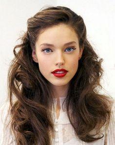 coiffure vintage, chemise blanche en dentelle, lèvres rouges, cheveux marron