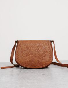 Saddle tas BSK. Ontdek dit en nog véel meer kledingstukken in Bershka met elke week nieuwe producten.