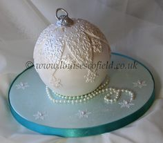 Vintage Inspired Christmas Bauble cake workshop with Louise Scofield Christmas Cake Designs, Christmas Cake Decorations, Christmas Cupcakes, Christmas Minis, Holiday Cakes, Christmas Baubles, Christmas Goodies, Christmas Desserts, Christmas Treats