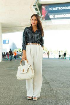 De Madrid al cielo La bloguera Erea Louro (www.allthatshewantsblog.com) escoge un estilismo aparentemente clásico que lleva impreso grandes dosis de personalidad.    Su camisa de puntos deZaray su pantalón blanco deMango, son los protagonistas de unlookcuidado hasta el último detalle.