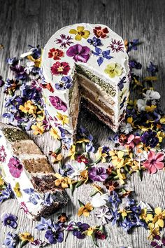 For those who love those picture-worthy rainbow cakes but want to avoid food colouring, this delicious recipe, decorated with beautiful edible flowers, is dressed to impress.