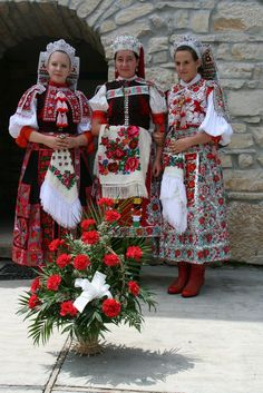 Hungarian folk costum of Kalotaszeg, bank of river Kalota, Transsylvania, today Romania --Kalotaszeg, magyar népviselet Traditional Fashion, Traditional Dresses, Traditional Art, Folklore, Costumes Around The World, Ukraine, Hungarian Embroidery, Fair Isle Pattern, Folk Dance