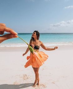 Creative Photography Ideas of The Day That Are Absolutely Awesome Pics) - Page 3 of 4 - Awed! Summer Photography, Creative Photography, Photography Poses, Poses Photo, Picture Poses, Creative Photos, Cool Photos, Creative Beach Pictures, Funny Beach Pictures