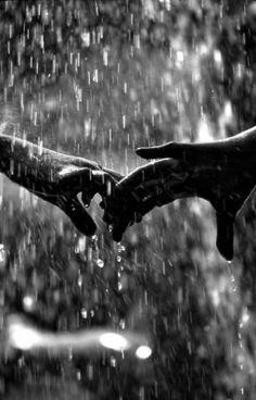 Nette romantische Paare Schwarzweiss-Fotografie im Regen Nice romantic couple black and white photography in the rain – – Black And White Couples, Black And White Pictures, Black And White Love, Rain Dance, Dancing In The Rain, Dancing Couple, Couple In Rain, Couple Pictures, Macro Fotografie