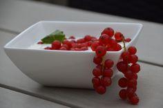 Magere yoghurt met rode besjes en blaadje munt... Mmmm. Heerlijk slank nagerecht