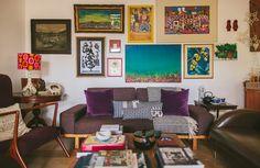 Essa sala mistura diferentes estilos de mobiliário - o resultado é uma composição aconchegante e cheia de histórias.