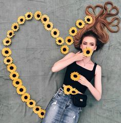 Creative photo idea with flowers: perfect for spring and summer shootings. Artsy Photos, Creative Photos, Cute Photos, Amazing Photos, Photos Tumblr, Girl Photography Poses, Creative Photography, Photography Timeline, London Photography
