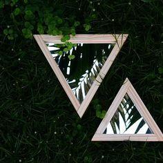 [ Destaque ] Um dos nossos produtos mais vendidos é o espelho Tríade. Porque esse trio madeira + triângulo + espelho não dá errado ♡  #slowdesign #comprodequemfaz #feitoamao  #feitonobrasil #decor #decoração #decordodia #designdeinteriores