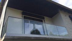 Glassrekkverk uten stolper montert med skinne