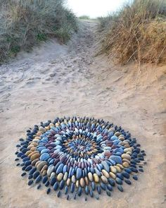 Pembrokeshire based Land artist Jon Foreman creates works in mostly natural material. Pebble Mosaic, Stone Mosaic, Pebble Art, Mosaic Art, Land Art, Art Plage, Art Environnemental, Art Et Nature, Art Rupestre