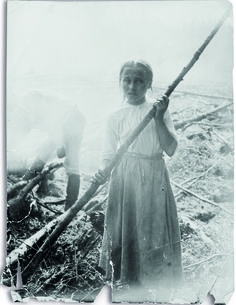 Photograph of Joahanna Kokkenen - Finnish girl - Eero Järnefelt, depicting slash-and-burn agriculture and the misery of the rural population Antique Photos, Old Photos, Vintage Photos, Slash And Burn, Cultural Identity, Michelangelo, Finland, Art History, Norway