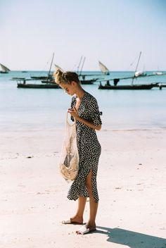 Frida wears the Melodie Midi Dress Vintage Bloom in Zanzibar ☼ Online Now Flowery Dresses, Vintage Dresses, Casual Dresses, Fashion Dresses, Style Feminin, Look Fashion, Womens Fashion, Fashion Tips, Faithfull The Brand