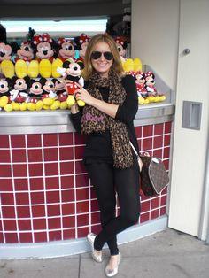 A Flávia pediu para eu colocar aqui os meus looks nos parques da Disney. Bom, vou tentar me lembrar e tirar algumas fotos para vocês verem como me visto para encontrar o Mickey e o Pateta com meus filhos (rs!). Taí então o primeiro: Legging: Daslu Camiseta (ela é mais compridinha atrás): nk store Cashmere: …