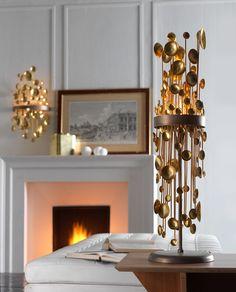 Lampada da tavolo composta da struttura e base in ottone brunito e pendenti in ottone patinato. Table lamp with burnished brass structure and base. Patinated brass pendants. www.sigmal2.it