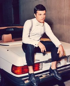 Didn't expect this look on him, but Peeta... err, Josh Hutcherson pulls it off well.