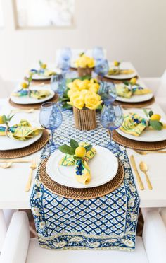 Home Decoration Table French country decor yellow and blue table decor with pops of gold. Lemon centerpieces and yellow florals.Home Decoration Table French country decor yellow and blue table decor with pops of gold. Lemon centerpieces and yellow florals French Country Farmhouse, French Country Decorating, Farmhouse Decor, Farmhouse Design, French Cottage, Blu Country, Country Style, Farmhouse Kitchens, Vintage Country