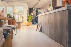 Felice Home of Brands Amsterdam - Stone Age  Concrete floor in a modern and stylish interior shop. Betonnen vloer in een moderne en sfeervolle interieur bij Felice Home of Brands in Amsterdam.