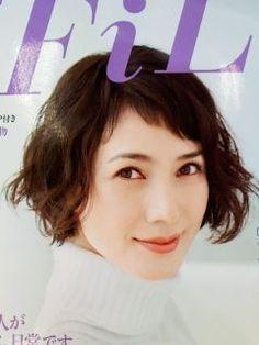 この画像のページは「ボブ&ショートヘアで魅せる!安田成美さんのキュートな髪型まとめ」の記事の2枚目の画像です。安田成美さんのボブヘア画像①安田成美さんの髪型といえば、短い前髪が定番です。おでこの少し上ぐらいから、斜めに切られています。 アシンメトリー(略してアシメ)な前髪というそうです。 普段前髪を長めにしている方にとってはかなり勇気がいりますが、この短い前髪こそが安田成美さんのキュートさの秘密です。関連画像や関連まとめも多数掲載しています。