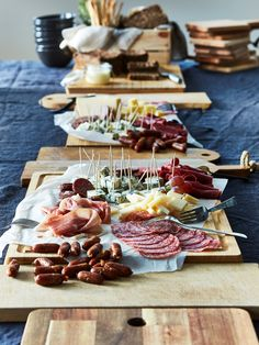 Juhla-ateria ilman ruoanlaittoa - IKEA Plateau Charcuterie, Charcuterie Board, Cheese Pies, Meat And Cheese, Crisp Bread, Holiday Dinner, Appetisers, Winter Food, Food Photo