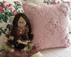 cushion with crochet pattern popcorn Crochet Cushion Cover, Crochet Cushions, Crochet Pillow, Baby Blanket Crochet, Crochet Baby, Crochet Home, Vintage Textiles, Beautiful Crochet, Pillow Covers