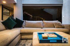 La Fabrica de Salas diseño un espacio neutro que se funde con los materiales industriales del lugar.
