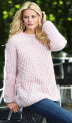En lækker og hjemmestrikket sweater til den mere overskyet sommerdag. Crochet Throw Pattern, Jumper Knitting Pattern, Knit Crochet, Knitting Patterns, Summer Knitting, Mohair Sweater, Chunky Yarn, Crochet Clothes, Knitwear