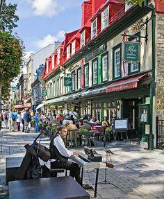 Quebec City street.  Les animateurs de rue à Québec, Place d'Armes