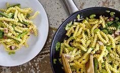 Makaron świdry z sosem z sera pleśniowego z fasolką szparagową i szynką