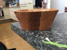 Eine selbstgemachte Schüssel aus Holz Designs, Serving Bowls, Canning, Tableware, Project Ideas, Homemade, Timber Wood, Dinnerware, Tablewares