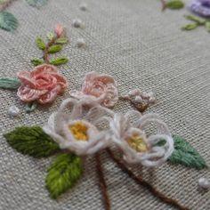 입체자수의 예쁨~~ #프랑스자수 #롤롤의바느질파티 #한국프랑스자수아카데미 #프랑스자수입체 Embroidered Roses, Brazilian Embroidery, Ribbon Embroidery, Sewing Crafts, Art Nouveau, Lyrics, Needlepoint, Flowers, Calligraphy