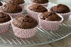Lækre saftige chokolademuffins som er sprøde uden på og saftige og lækre i krummen - få opskriften på chokolade muffins her